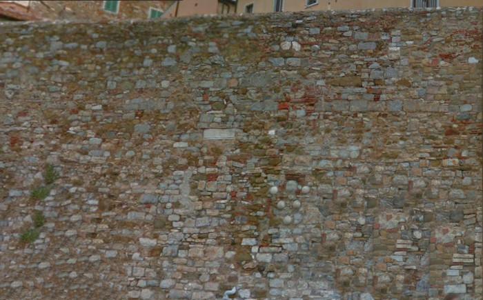 Le palle di cannone sulle mura di Campiglia Marittima