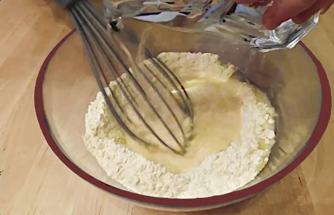 Preparare impasto per la torta di ceci mescolando farina con acqua