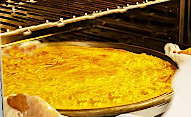Togliere la torta di ceci dal forno