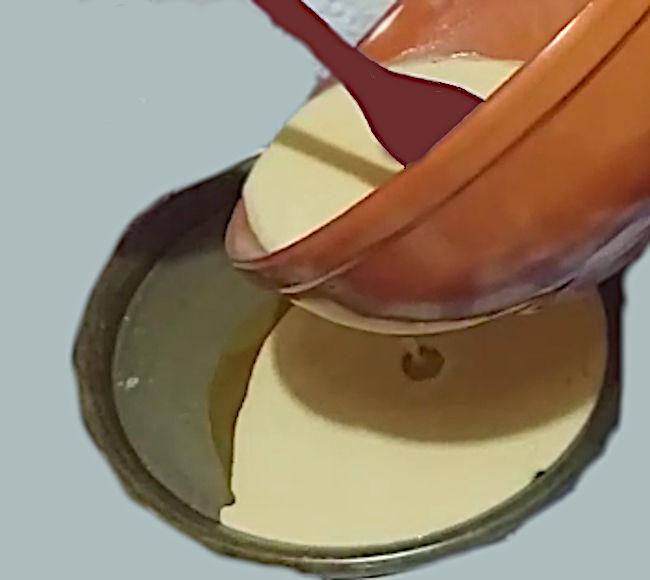 Versare l'impasto per la torta di ceci nella teglia